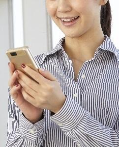 携帯操作する女性